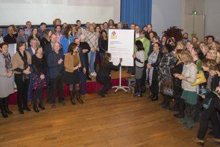 Grote opkomst bij symbolische ondertekening contracten jeugdhulp